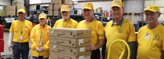 Disaster Relief volunteers prepare meals for group of federal employees affected by shutdown